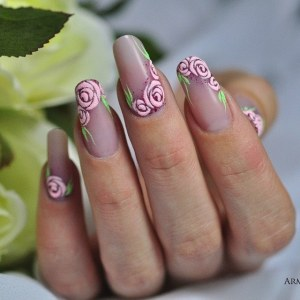 Biege nail design idea with velvet roses
