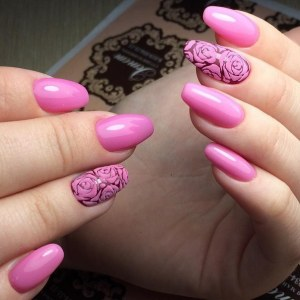 Pink manicure idea with roses